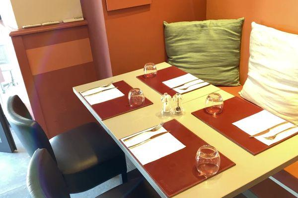 Une table de restaurant dressée en intérieur. Une image que l'on n'avait plus vue depuis le 30 octobre dernier, date du début du deuxième confinement.