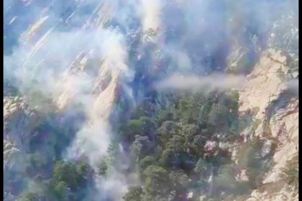 Le feu s'est déclaré dans un endroit difficile d'accès, à la suite d'un coup de foudre.
