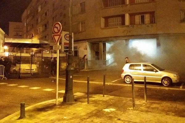 Les forces de l'ordre ont utilisé les gaz lacrymogènes à plusieurs reprises.