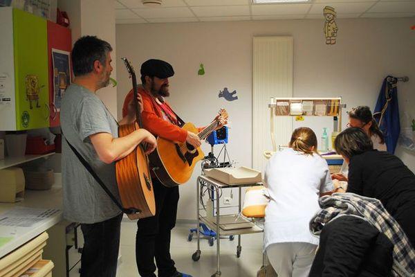 Yannick Hervé, alias Monsieur Ya intervient dans les hopitaux pour adoucir le quotidien des patients