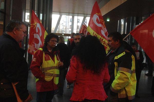 Une centaine de syndicalistes CGT ont perturbé le débat sur le budget à l'Hôtel de la Région Auvergne ce mardi 18 novembre.