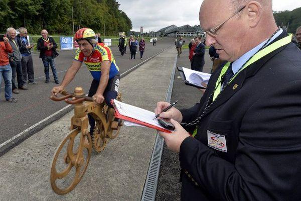 Eddy Planckaert sur son vélo en bois.