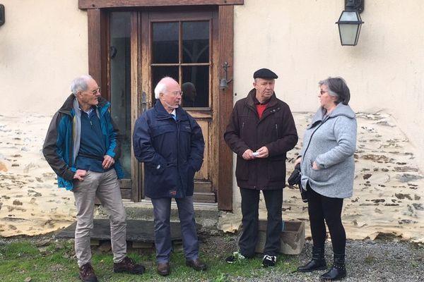 Les membres du CRI 35 et Florence Duval devant sa maison à Domagné.