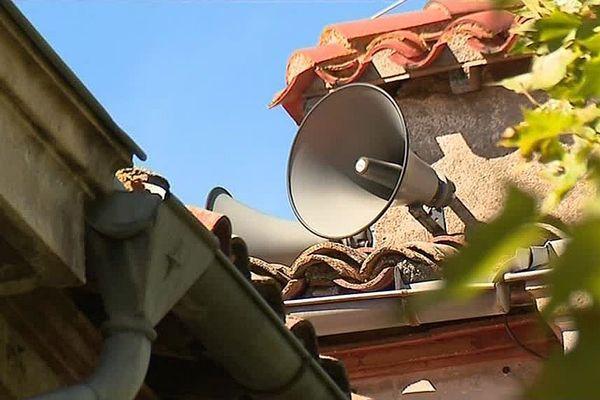 Deux fois par jour, les 15 haut-parleurs de Villeneuve-Minervois transmettent les informations de la cité audoise.