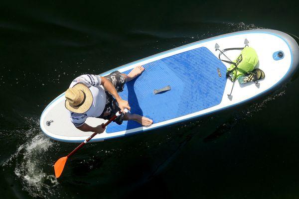 Facilement transportable, gonflable rapidement et aisément praticable, le paddle gonflable séduit enfants et parents, sur les lacs comme à la mer.