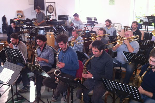 Le big band auvergnat Backstone Orchestra répète à Vic-le-Comte (63) la veille de l'ouverture du 28e festival Jazz en tête.