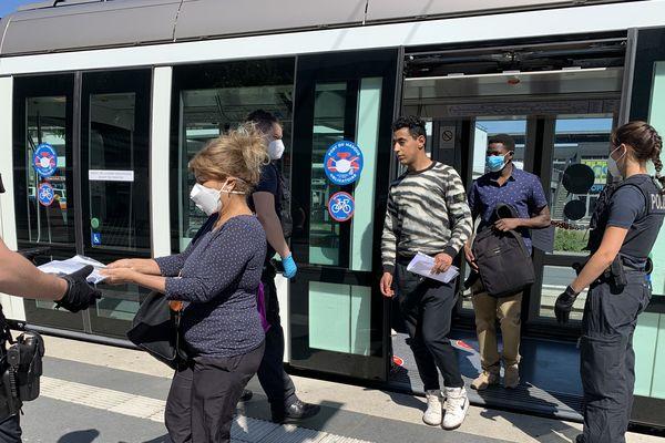 """Les policiers allemands contrôlent chaque passager au terminus """"Kehl-Bahnhof"""", mercredi 27 mai 2020"""