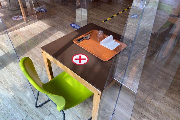 Maintenant à la cantine, il faut être seul à table avec huit mètres carrés de libre autour de soi.