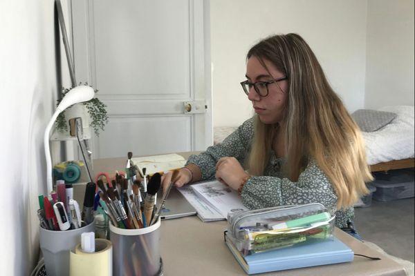 L'étudiante Zoé sur son bureau en train de réviser