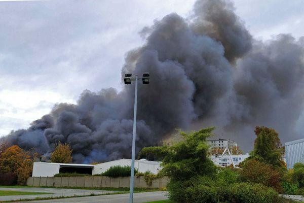 Important incendie au Havre : d'épaisses fumées noires jaillissent de l'entrepôt Lipton
