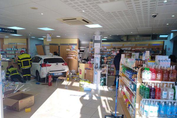La voiture a terminé en plein milieu de la pharmacie Bosset, située à Bompas, dans les Pyrénées-Orientales, le 6 janvier 2020.
