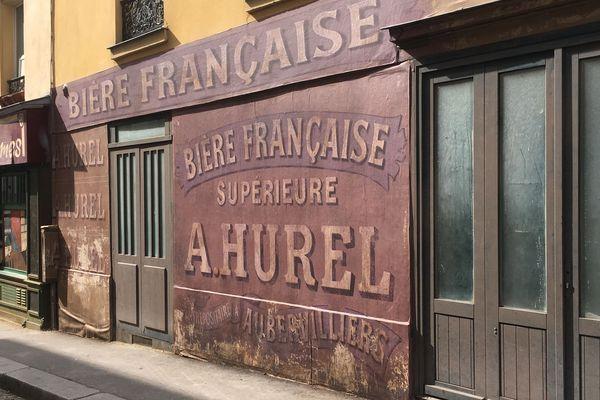 Des commerces fictifs ont été dessinés sur les murs pour un décor de cinéma. Ici, la brasserie Hurel.