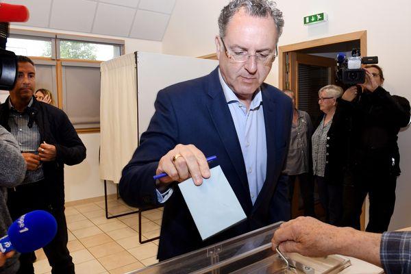 Richard Ferrand, candidat la République en Marche ! dans la circonscription de Carhaix-Châteaulin, a voté lors du premier tour des élections législatives ce dimanche 11 juin à Motreff.