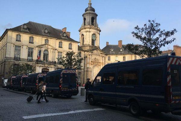 Camions de gendarmerie sur la place de la mairie à Rennes