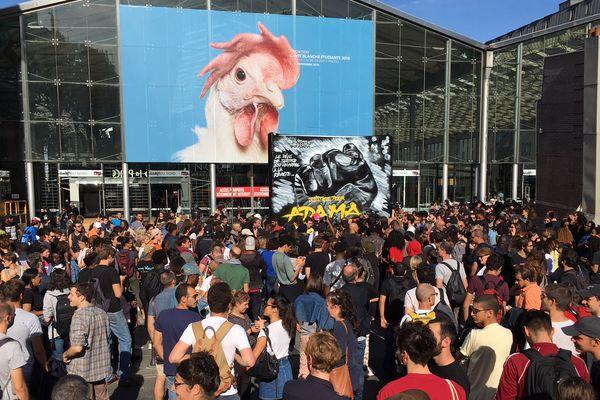 Des centaines de personnes réunies pour réclamer justice pour Adama Traoré, sur le parvis de la Gare du Nord à Paris, samedi 13 octobre.