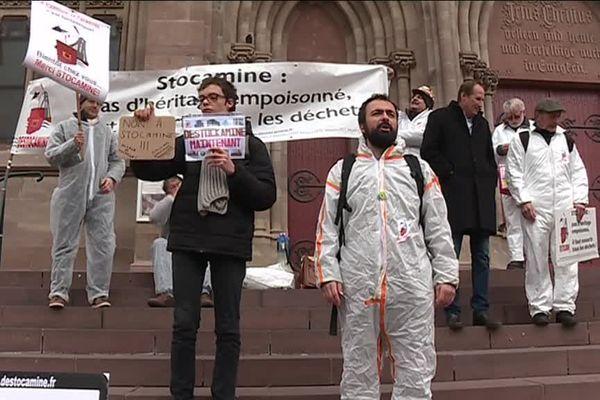 Les militants du collectif Destocamine, en blanc, sur les marches de l'Eglise Saint-Etienne de Mulhouse