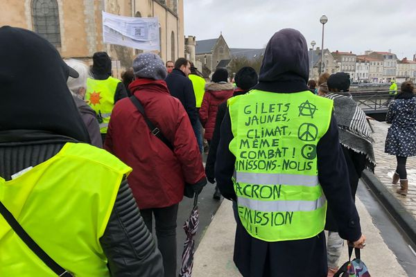 """Un """"gilet vert"""", qui """"marche pour le climat"""", appelle à une union avec les """"gilets jaunes""""."""