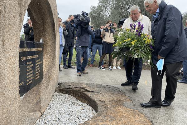 """Serge Biechlin, l'ancien directeur de Grande Paroisse, dépose une gerbe de fleurs lors de l'hommage organisé par l'association d'anciens salariés d'AZF """"Mémoire et Solidarité""""."""