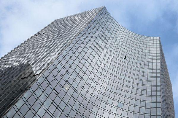 """Alain Robert a été arrêté par la police à Francfort samedi 28 septembre 2019 pour avoir escaladé le """"Skyper"""", un immeuble de 154 mètres de haut !"""