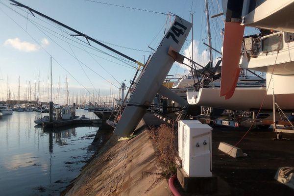 Bateau suspendu au dessus de la digue, à La Trinité-sur-Mer (56) suite au passage de la tempête Alex