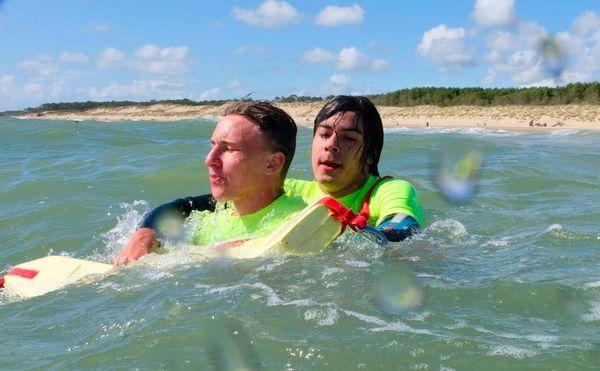 Sauvetage à l'aide de la bouée-tube ou « frite » qui permet de sécuriser le baigneur en difficulté en l'aidant à flotter.