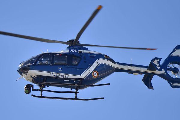 (illustration) le recours un hélicoptère pour survoler et surveiller les manifestations à Lyon par le préfêt n'est pas illégale, selon la justice