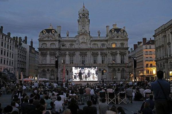 """En 2014, la projection du """"COMTE ORY """", Opéra filmé et projeté sur la Place des Terreaux (Lyon)"""