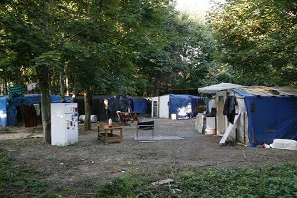 Archives. Un bidonville près de Villeneuve-le-Roi (94)
