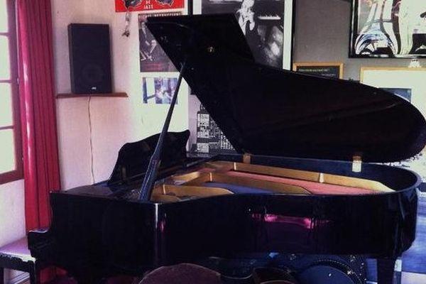 le Yamaha C3 de Michel Petrucciani signé par l'artiste est à vendre.