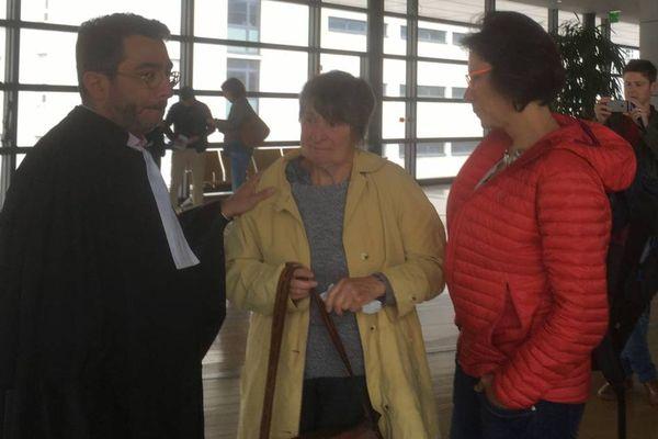 Les proches de Luc Meunier et leur avocat Maître Gerbi au Palais de justice de Grenoble