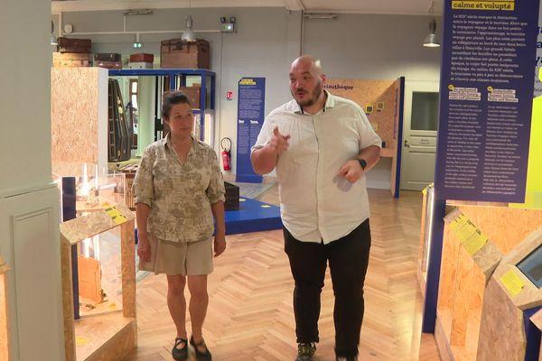 Marie Rolland, la collectionneuse de malles, au musée du bagage avec le directeur Dimitri Mathiot.