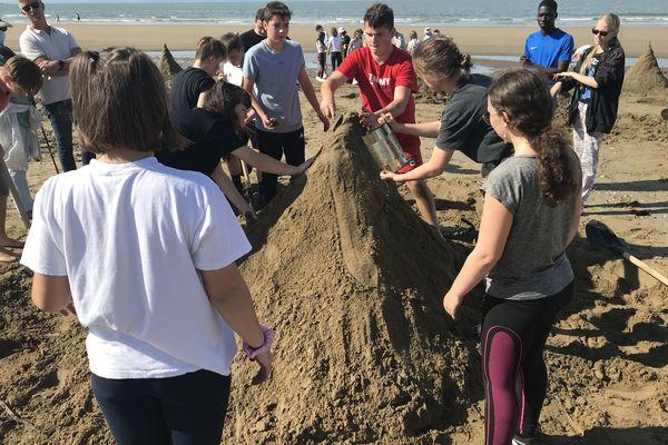 Ensemble, construire la plus haute pyramide avec juste de l'eau et du sable : un défi collectif partagé par tous