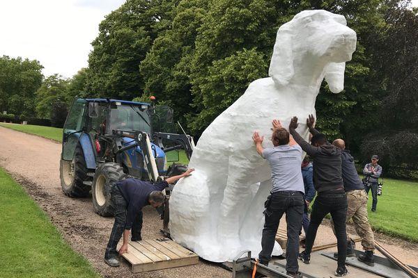 Installation du chien géant de Michel Audiard au château de Cheverny dans le Loir-et-Cher
