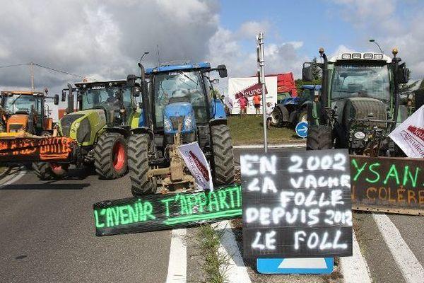 Les agriculteurs ont installé des barrages filtrants à l'entrée de Marciac, dans le Gers.