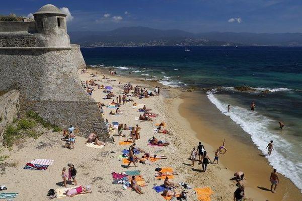 La plage de Saint-François à Ajaccio (Corse du Sud)