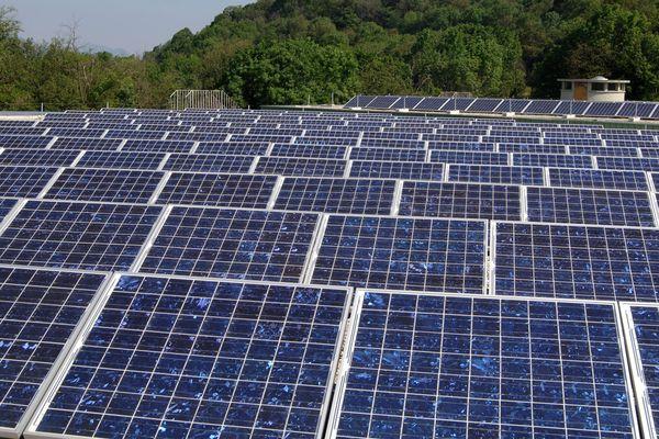 Des panneaux solaires par dizaines pour produire de l'électricité seront installés sur 4 anciennes décharges du Valtom / image d'illustration