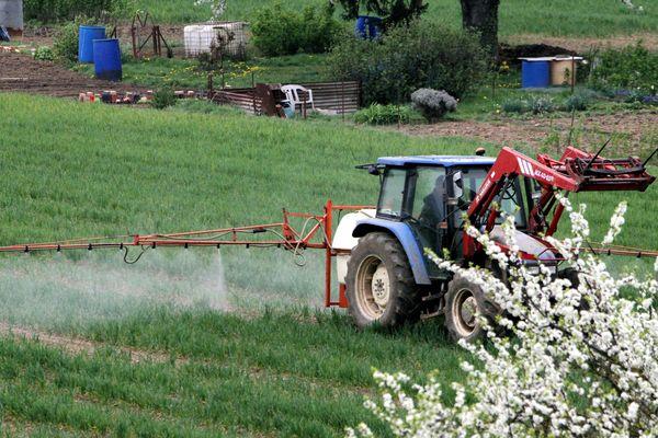 (Archives) Tracteur et sulfateuse pour épandage de pesticides et engrais