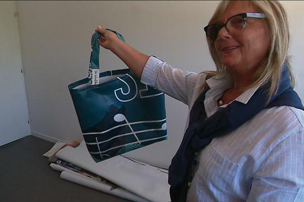 Un sac-cabas issu d'une bâche publicitaire transformée.
