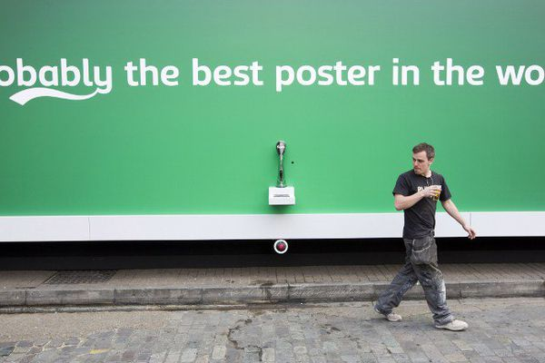 Un panneau publicitaire distribuant gratuitement de la bière ? Ça s'est passé à Londres la semaine dernière.