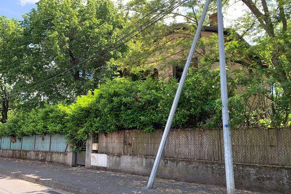 La maison inoccupée par ses propriétaires est squattée depuis le week-end de l'Ascension par une dizaine de personnes, chemin de la Garonne à Toulouse