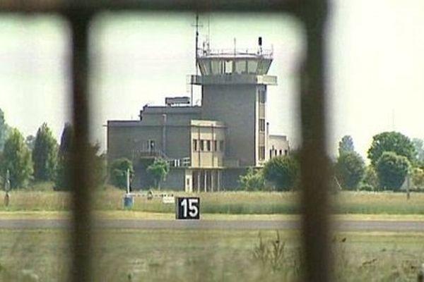 Annoncée dès octobre 2013 dans le cadre de la Loi de programmation militaire, la fermeture de la BA 102 s'est traduit par le transfert du commandement des forces aériennes vers la BA 106 de Bordeaux-Mérignac.