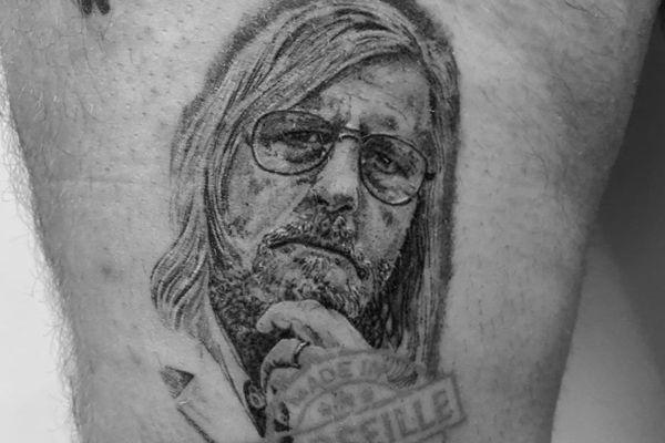 Tatouage de Didier Raoult effectué par Squale Tattoo à Marseille.