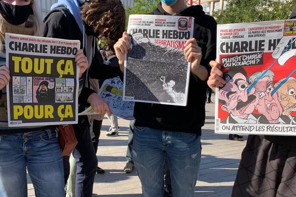 À Poitiers, des manifestants brandissent les Unes de Charlie Hebdo, ce dimanche 18 octobre, pour l'hommage à Samuel Paty. Cet enseignant de 46 ans a été assassiné dans les Yvelines après avoir montré des caricatures du journal à ses élèves lors d'un cours.