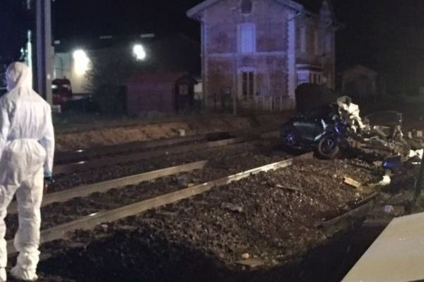 La voiture a été traînée sur une vingtaine de mètre après la collision, et était totalement écrasée par le choc.