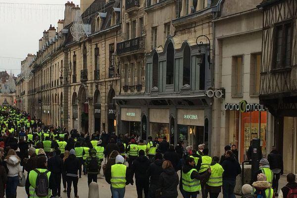 Les gilets jaunes sont plusieurs centaines dans le centre-ville de Dijon, samedi 29 décembre