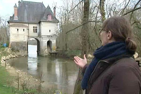 Martine Lainé, chercheur à l'Inventaire du Patrimoine Centre-Val de Loire dans la vallée du Cher, devant un ancien moulin fortifié bâti sur une île non loin des châteaux de la Loire : le Moulin-Fort.