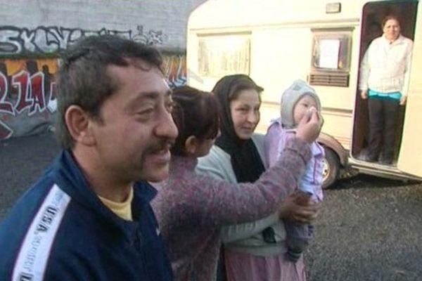 Une famille de roms qui s'installent sur le  terrain d'Hellemmes en décembre 2012