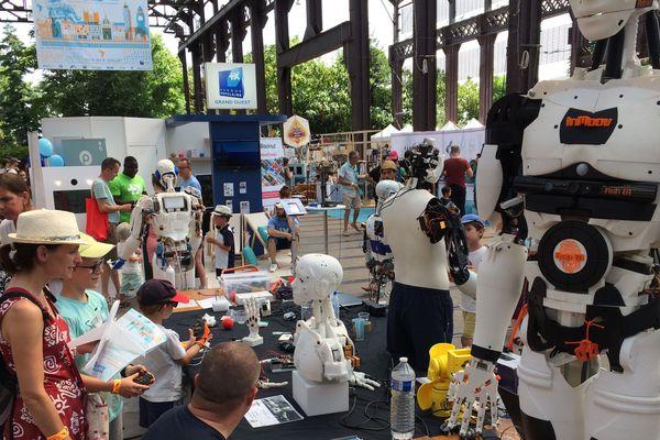 Les robots InMoov sont fabriqués à partir d'une simple imprimante 3D. Ils ont trouvé naturellement leur place au milieu de la 6e édition du Maker Campus de Nantes.