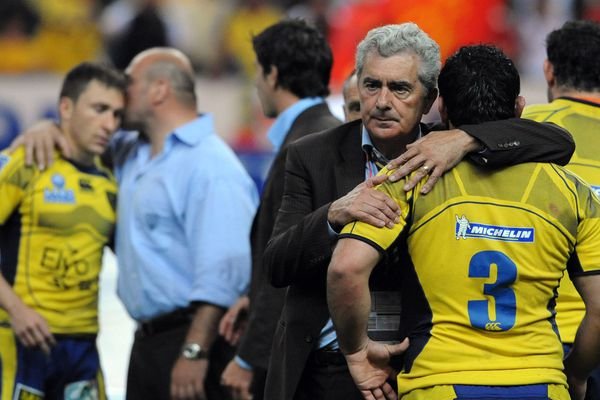 Le 28 juin 2008, le président René Fontès réconfortant les joueurs de l'ASM Clermont Auvergne, après leur défaite en finale de Top 14 face à Toulouse, au Stade de France.