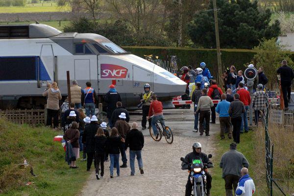 Un TGV sur le passage du Paris-Roubaix en 2008.